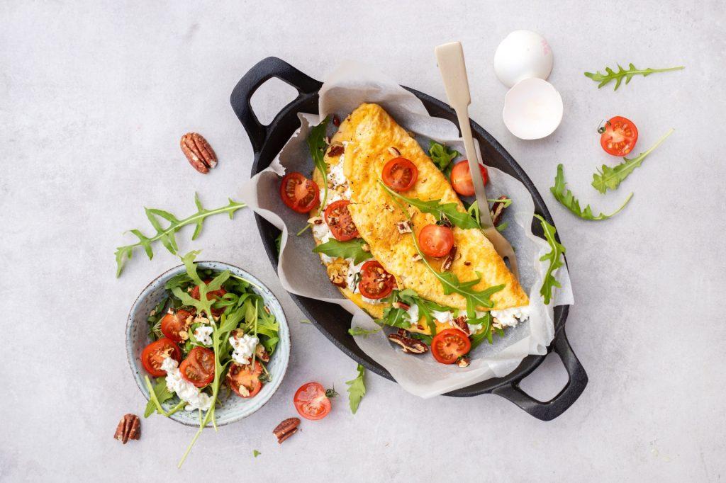 Omelet met huttenkase en tomaat