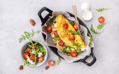 Omelet met hüttenkäse en tomaat