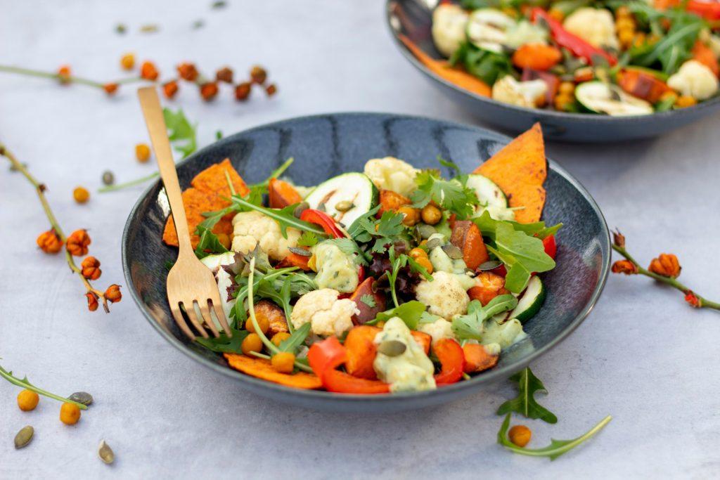 Salade met zoete aardappel en bloemkool