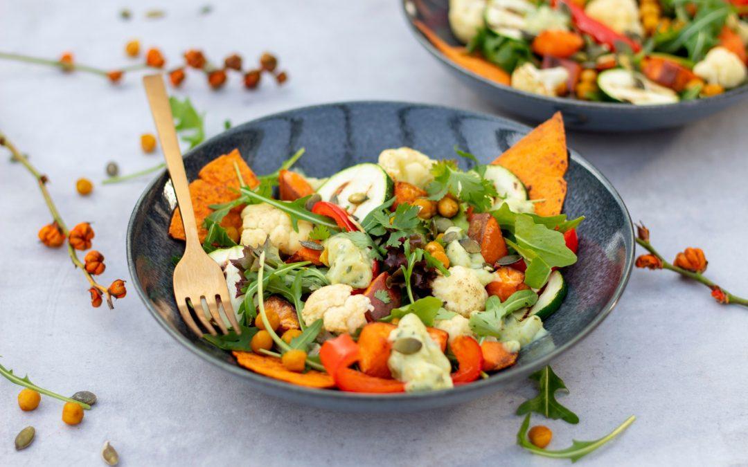 Warme salade met zoete aardappel en bloemkool
