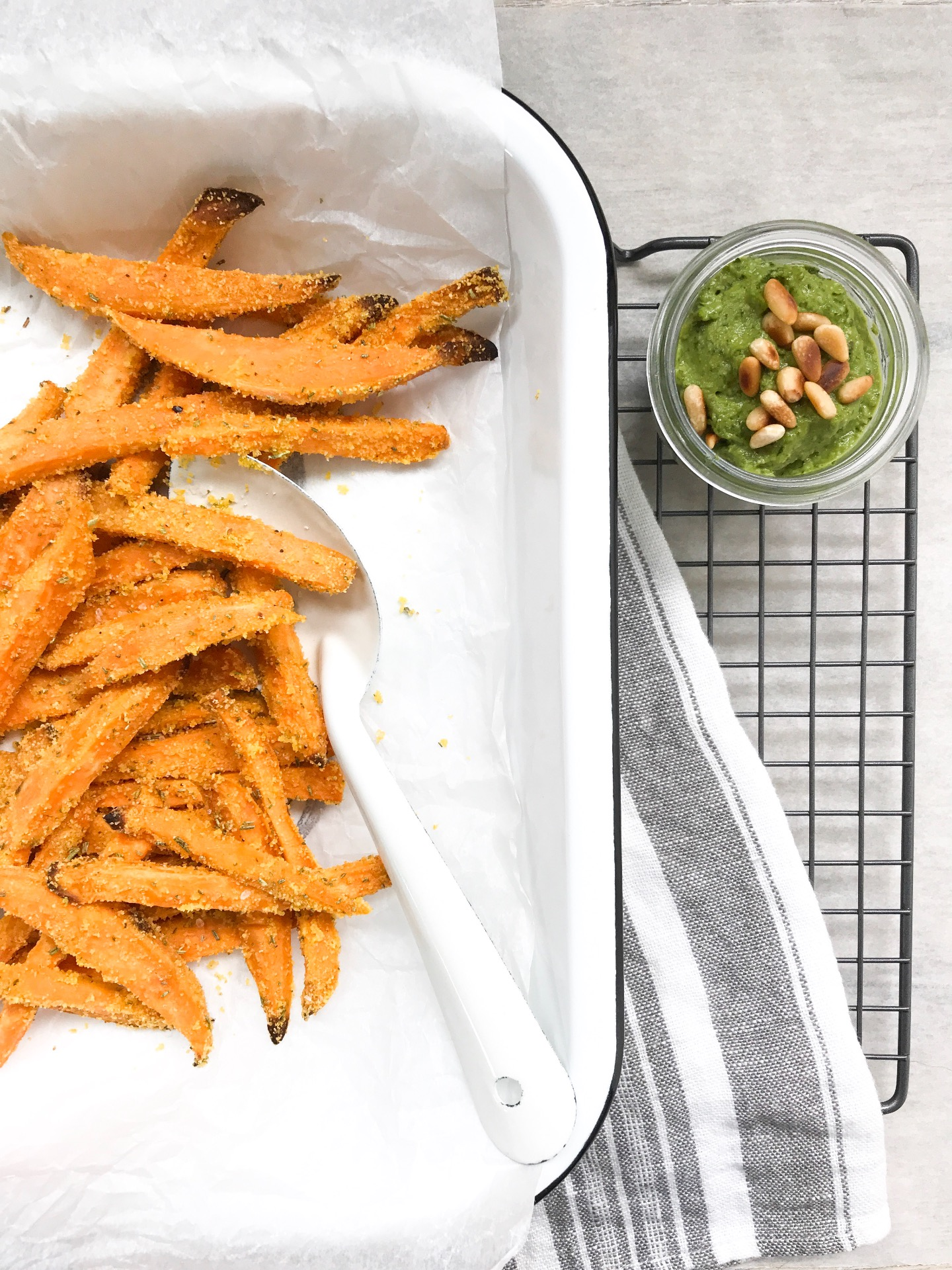 Zoete aardappel friet met avocado dip foodlies