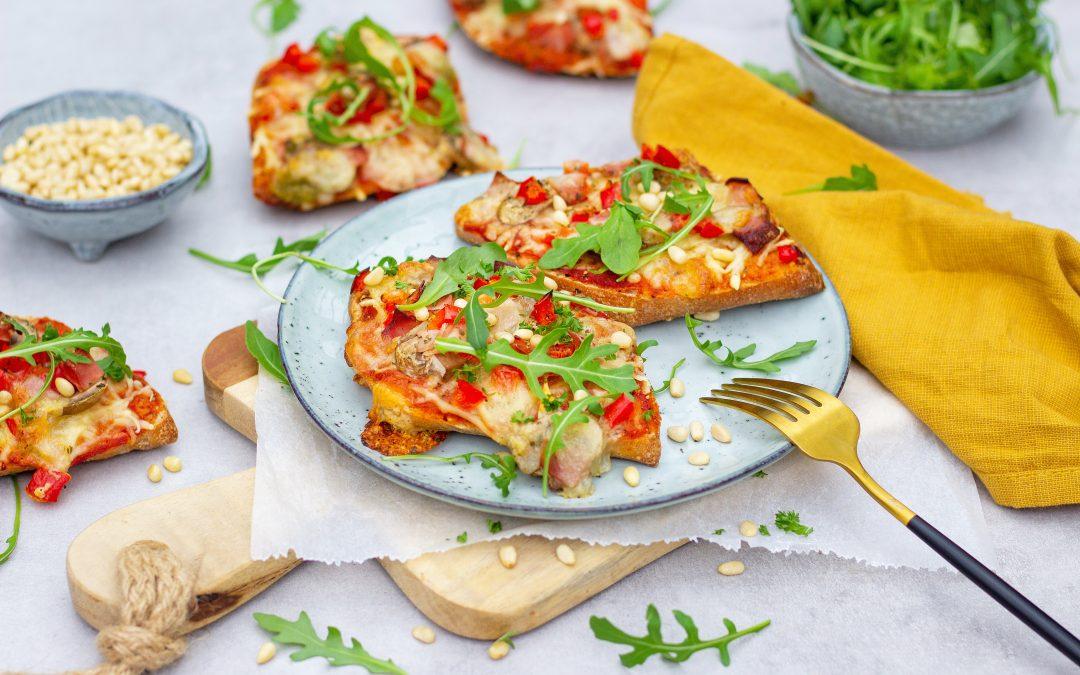 Volkoren pizzabroodjes met paprika en champignons